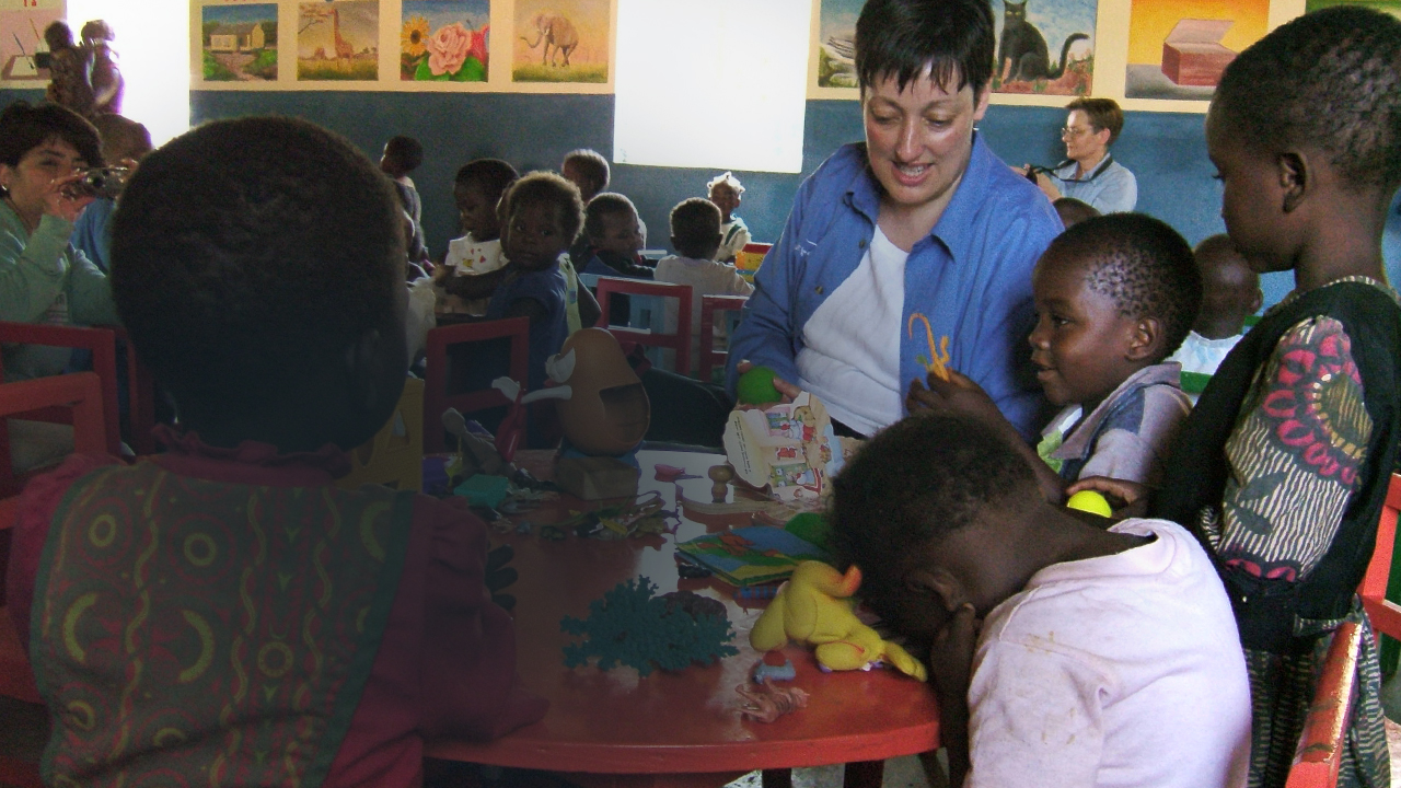 Marcelle Cammisa reading to a group of children